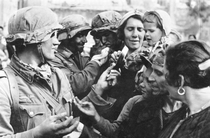 Немецкие солдаты беседуют с жителями Севастополя. Июль 1942 г.