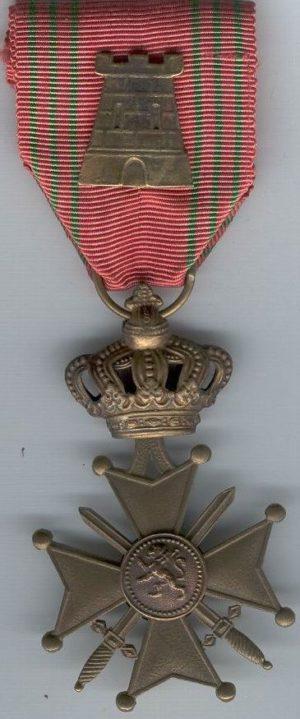 Военный крест с атрибутом – бронзовой крепостью на орденской ленте.