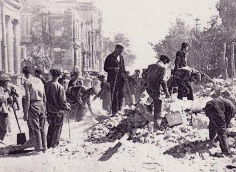 Севастопольцы разбирают завалы на улицах города. Июль 1942 г.