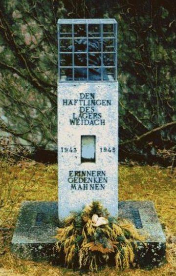 д. Вайдах. Памятник на месте концлагеря Коттерн-Вайдах, заключенные которого работали на авиазаводе «Messerschmitt». Здесь же похоронено 17 из них.