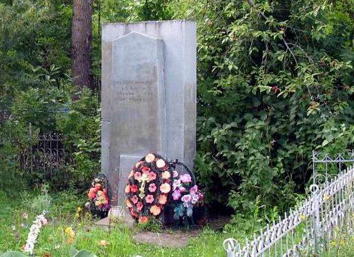 д. Ям-Тёсово Лужского р-на. Памятник, установленный на братской могиле, в которой захоронено 19 советских воинов.