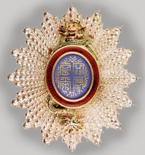 Золотая звезда знака Кавалера Большого креста ордена Дракона Аннамы.
