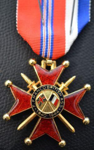Аверс и реверс знака Кавалера Почетного креста Ассоциации Франко-Британской дружбы.