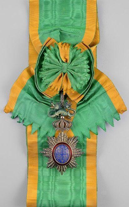 Знак ордена Дракона Аннамы на ленте-перевязи, вручаемый от имени Французского правительства.