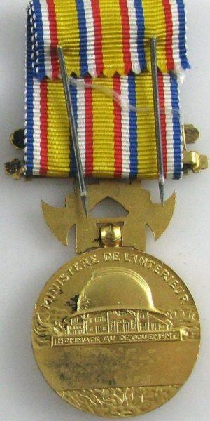 Аверс и реверс золоченой Почетной медали пожарных.