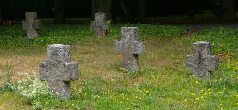 Кресты на братских захоронениях.