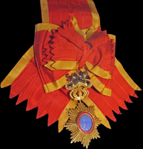 Знак ордена Дракона Аннамы на ленте-перевязи, вручаемый от имени императора Аннамы.
