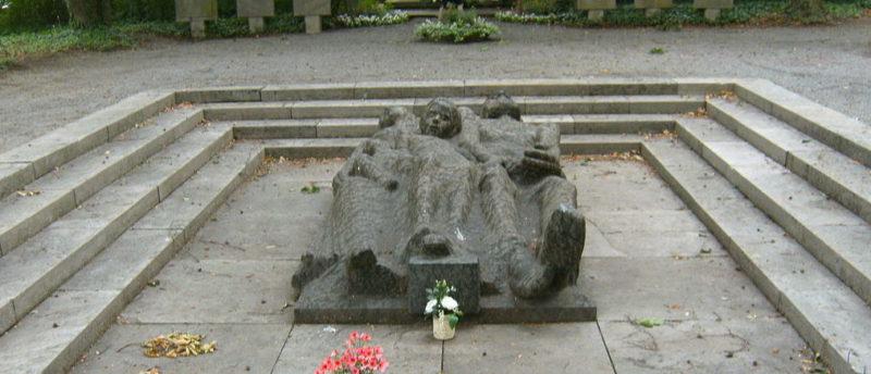 Главный памятник на кладбище.