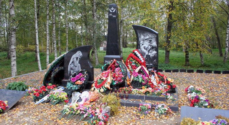 п. Вознесенье Подпорожского р-на. Памятник, установленный на братской могиле, в которой похоронено 118 советских воинов.