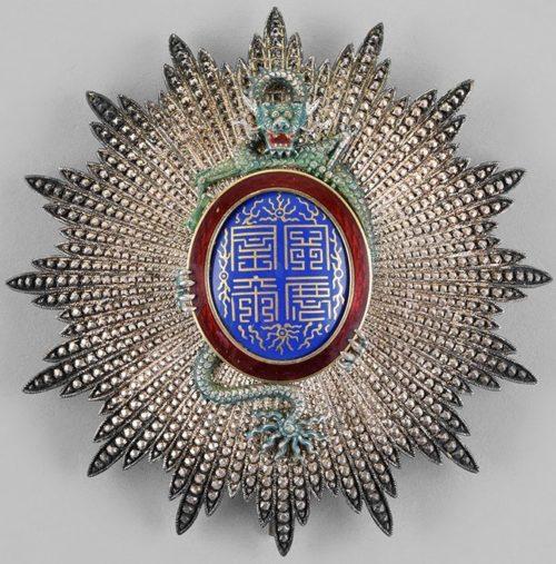 Аверс и реверс серебряной звезды знака Великого офицера ордена Дракона Аннамы.