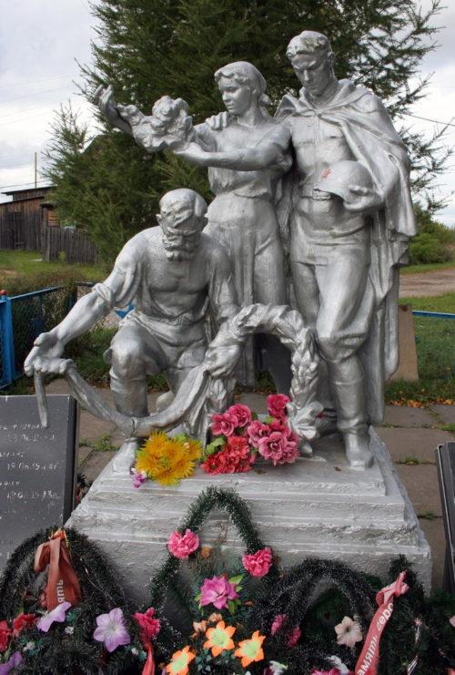 д. Кипрушино Подпорожского р-на. Памятник, установленный на братской могиле, в которой похоронено 15 советских воинов.