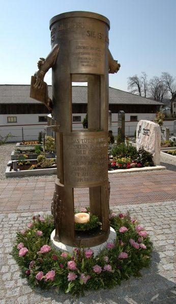 п. Гёттинг. Памятник антифашистам Йозефу Гримму и Георгу Ханглу, расстрелянных солдатами СС.