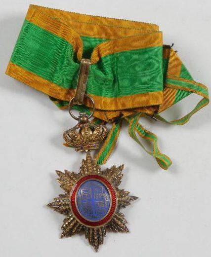 Знак Великого офицера ордена Дракона Аннамы на шейной ленте.