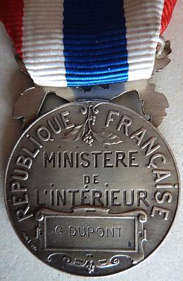 Аверс и реверс почётной медали муниципальной и сельской полиции.
