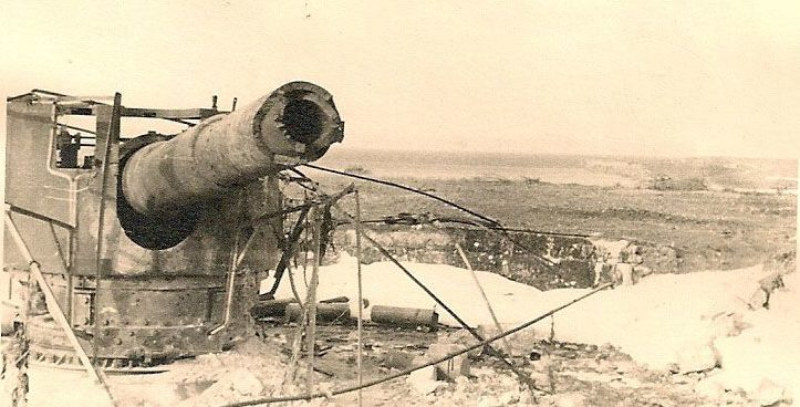 Разрушенное орудие 10-й батареи. Лето 1942 г.