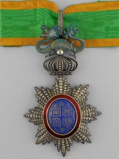 Знак Командора ордена Дракона Аннамы на шейной ленте.