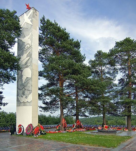Центральный обелиск мемориала.