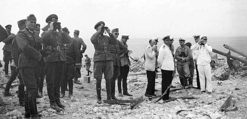 Немецкое и румынское высшее командование рассматривает руины 35-й батареи. Лето 1942 г.