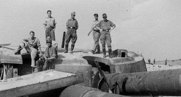 Немецкие солдаты у разрушенной береговой батареи. Лето 1942 г.