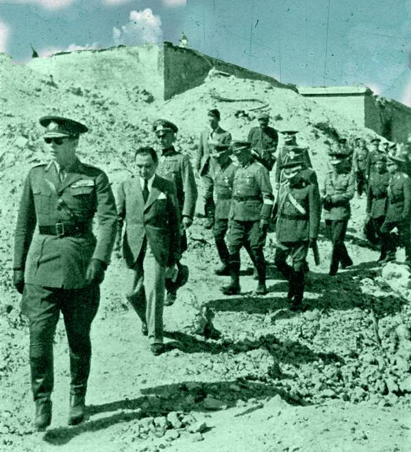Румынский король Михай со своими приближенными осматривает руины Севастополя. Лето 1942 г.