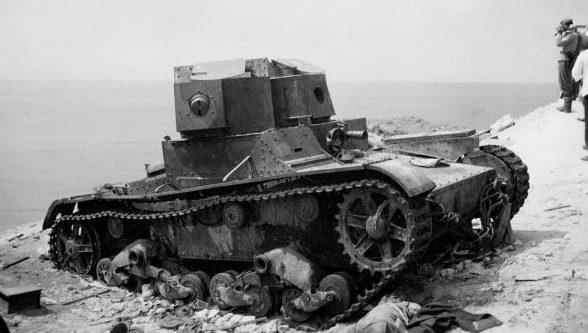 Подбитый танк Т-26 в захваченном городе. Лето 1942 г.