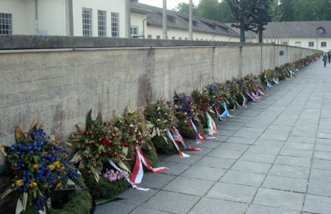 Международный мемориал с сотнями памятных венков от правительств разных стран.