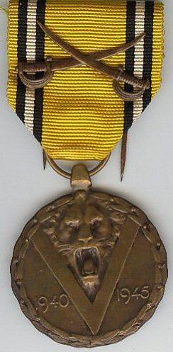 Аверс и реверс памятной медали войны 1940-1945 с саблями на ленте.