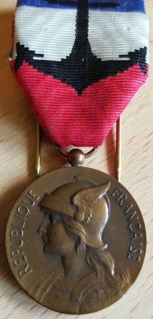 Аверс и реверс бронзовой Почетной медали за подготовку гражданского персонала военно-морскому флоту.
