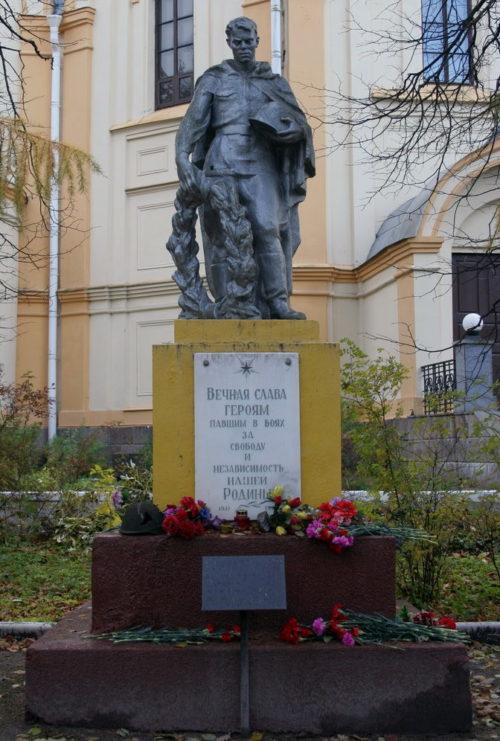 г. Любань Тосненского р-на. Памятник, установленный на братской могиле, в которой похоронен 341 советский воин, в т.ч. 4 неизвестных.