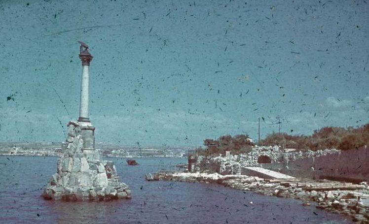 Вид на памятник затопленным кораблям. Лето 1942 г.