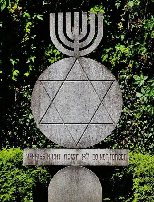 Памятный знак и вход в еврейский мемориал.