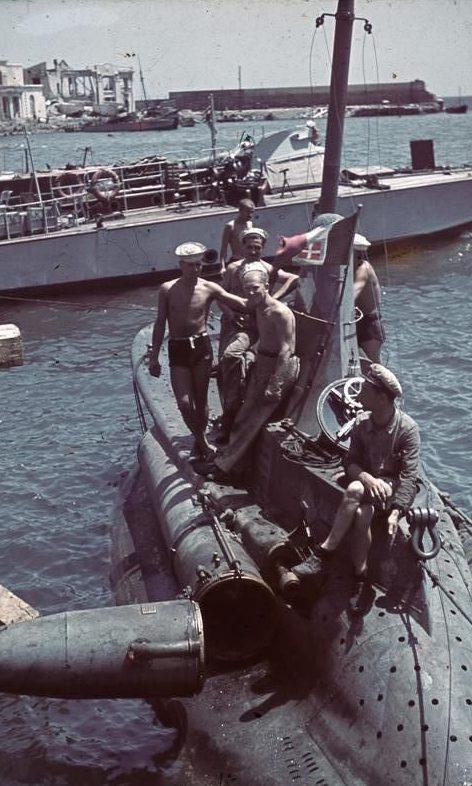 Двухместная миниподлодка в порту Севастополя. Лето 1942 г.