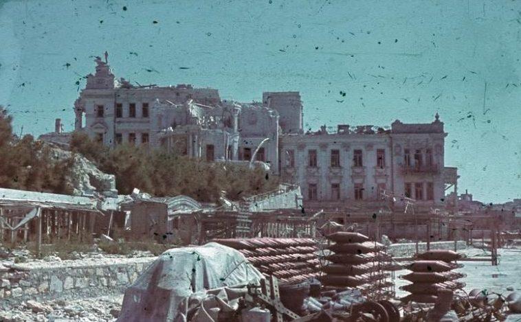 Разрушенный Дворец пионеров на Приморском бульваре. Лето 1942 г.