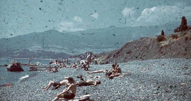 Немецкие солдаты на пляже Севастополя. Лето 1942 г.