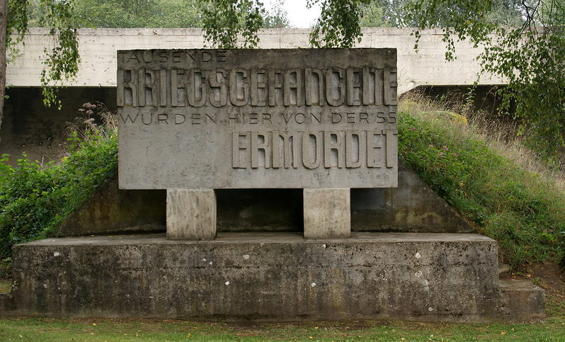 Памятные знаки на местах расстрела узников.