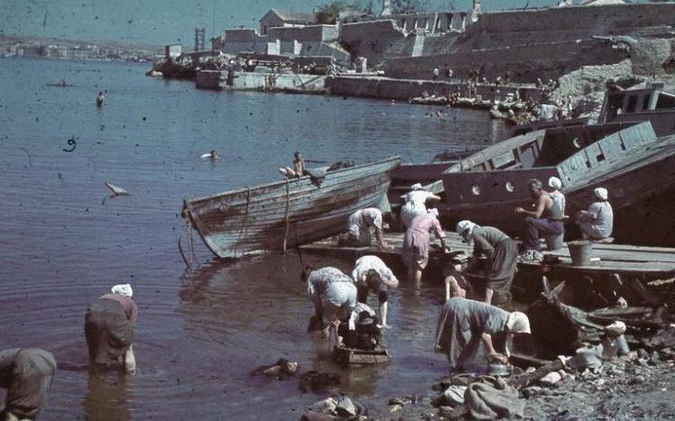 Стирка одежды в порту Севастополя. Лето 1942 г.