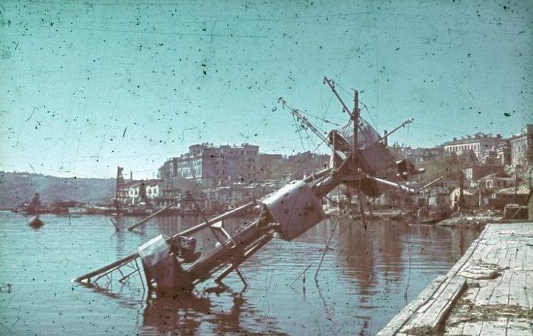 Потопленный крейсер «Червона Украина» у Графской пристани. Лето 1942 г.