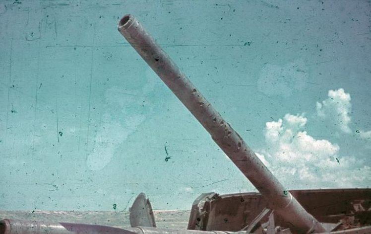 Разрушенные орудия форта Максим Горький. Лето 1942 г.