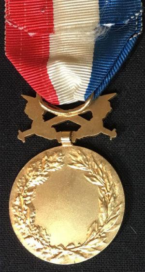 Аверс и реверс позолоченной Почетной медали Министерства иностранных дел с мечами.