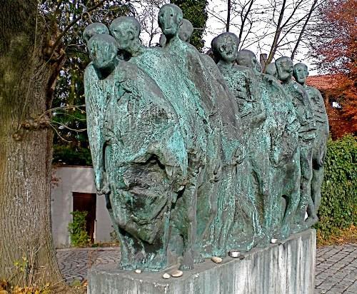 Коммуна Крайлинг. Памятник «Маршу смерти» из концентрационного лагеря Дахау на юг в апреле 1945 года, построенный в 1989 году.