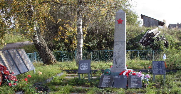 с. Шеменичи Подпорожского р-на. Памятник, на котором увековечено имена 332 советских воина 7-й отдельной армии, погибших при обороне и освобождении населенного пункта.