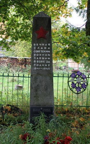 д. Щелейки Подпорожского р-на. Памятник, установленный на братской могиле, в которой похоронено 6 советских воинов.