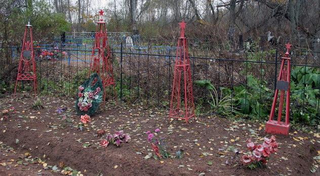 д. Померанье Тосненского р-на. Памятник, установленный на братской могиле, в которой похоронено 13 советских воинов, в т.ч. 6 неизвестных.