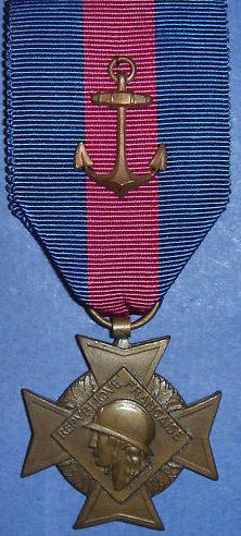 Аверс бронзового креста «За добровольную воинскую службу» 3-й степени II типа для моряков с якорем на орденской ленте.