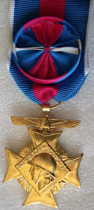 Аверс и реверс золотого креста «За добровольную воинскую службу» 1-й степени II типа для резервистов авиации.