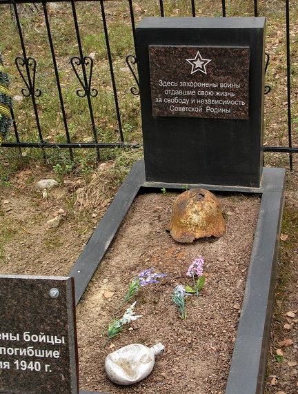 п. Барышево Приозерского р-на. Памятник, установленный на братской могиле, в которой похоронено 3 бойца 67 лыжного комсомольского батальона 17 МСД, погибших 20-24 февраля 1940 г.
