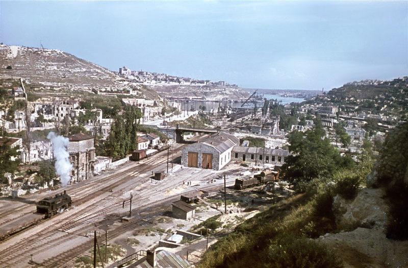 Вид на железнодорожный вокзал и Южную бухту. Июль 1943 г.