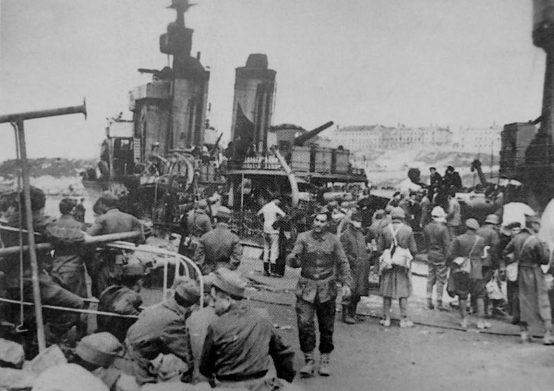 Румынские солдаты эвакуируются из севастопольского порта. Май 1944 г.