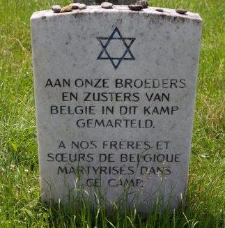 Памятные знаки на местах массовых захоронений узников.
