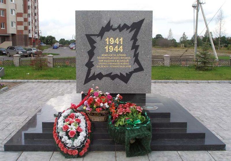 п. им.Тельмана Тосненского р-на. Памятник, установленный на братской могиле, в которой похоронено 1 120 советских воинов, в т.ч. 64 неизвестных.